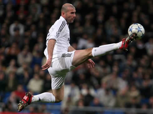 cristiano-ronaldo-429-zinedine-zidane-impressive-flexibility-to-control-the-ball-in-the-air-real-madrid