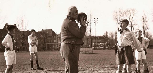 11-ajax-trainer-jack-reynolds-tot-jaren-50-gekocht-via-het-parool